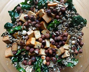 Solata s kvinojo, tofujem in praženimi lešniki