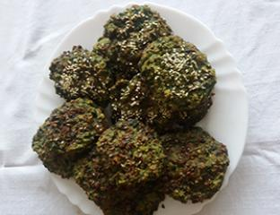 Salata s kvinojom, tofuem i popečenim lješnjacima