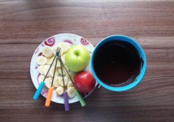 Zdrav čokoladni fondi s sadjem