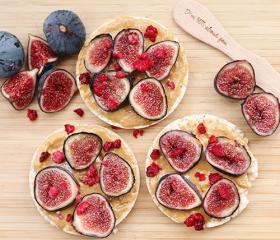 Riževi vaflji z arašidovim maslom in sadjem