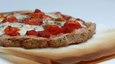 VIDEO: Hausgemachte Dinkelpizza