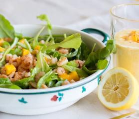 Špinačna solata z mangom in repki kozic