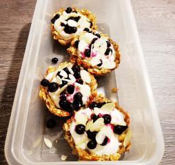 Ovsene posodice z grškim jogurtom s sadjem