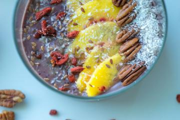 Borovničev Smoothie bowl s pekan orehi