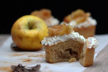 Mit Äpfeln gefüllte Muffins