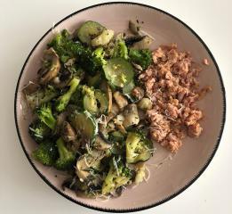 Zelenjavni krožnik s tuno