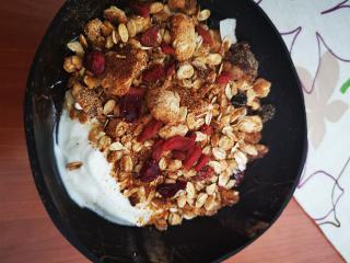 Sadno kokosova granola