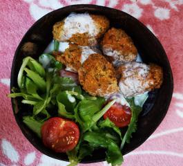 Falafel mit Jogurt in Salat