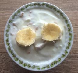Meden jogurt s pirinimi kosmiči in banano