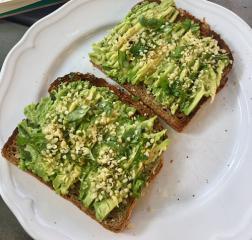 Avocado Toast mit Basilikum
