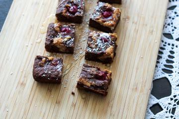 Zdravi čokoladni browniji z arašidovim maslom in višnjami