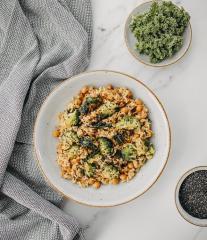 Stir Fry mit grünem Gemüse und Reis