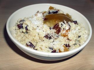 Kvinoja z datlji in marelicami