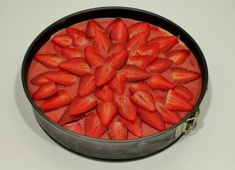 Kremna presna in veganska torta z jagodami