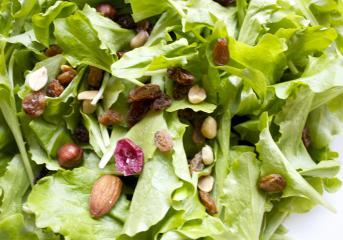 Salata s oraščićima i grožđicama