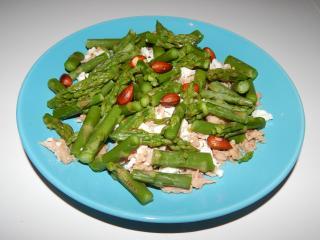 Šparglji s tuno, albuminsko skuto in mandlji