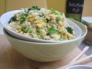 Pečen rjavi riž z zelenjavo in vmešanim jajcem