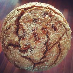 Pirin kruh brez kvasa s čebulo in sezamom