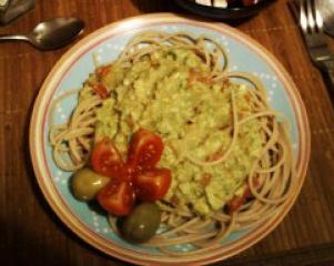 Polnozrnati špageti z avokadom in paradižnikom