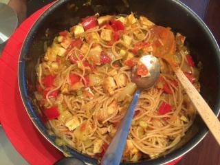 Spicy polnozrnate testenine z zelenjavo in tofujem