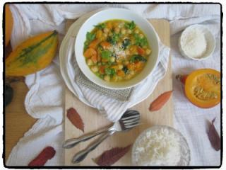 Kokosov curry z bučo, čičeriko in špinačo