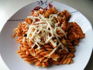 Testenine s paradižnikovo omako in baziliko