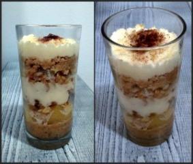 Ananas s kokosom i kakaom u čašici