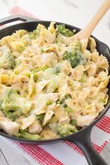 Testenine z brokolijem in smetanovo omako