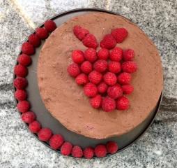 Čokoladna torta brez moke z malinami