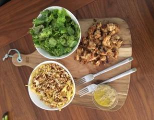 Egzotična piletina s rezancima i salatom