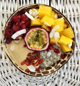 Haferbrei mit Kokos, Obst und Erdnussbutter