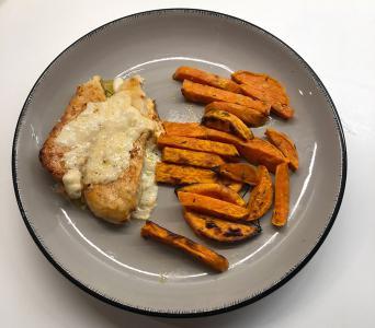 Gratiniran piščanec s sladkim krompirjem iz pečice