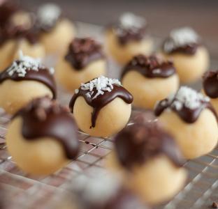 Kokos-Rumkugeln mit Zartbitterschokolade