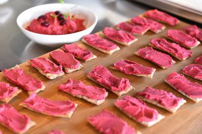 Pirini krekerji s pesinim humusom