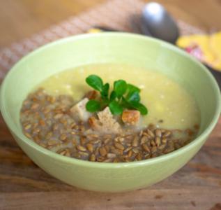 Porova juha s slanino in sončničnimi semeni