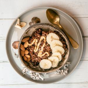 Haferflocken mit Kakao, Banane, Erdnussbutter und Mandeln