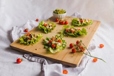 Solatni zavitki z avokadom in čičeriko