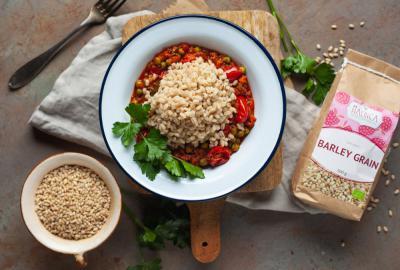 Ječmenova rižota z mletim mesom, korenjem in grahom