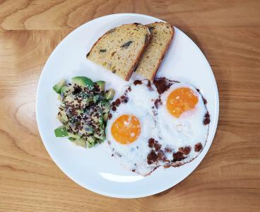 Jajčke na oko z ocvirki in avokadom