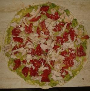 Tortilja s avokadom, piletinom i rajčicom