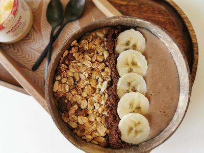 Protein-Smoothie-Bowl mit Banane und Erdnüssen