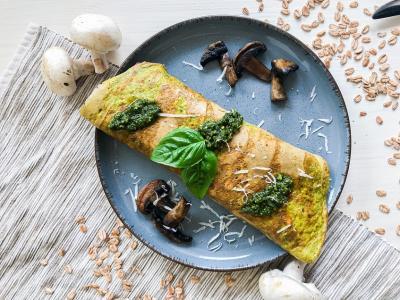 Pesto-Omelett mit Dinkelflocken und Champignons