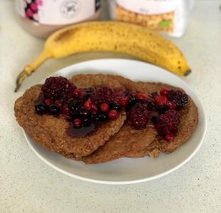 Schokoladen-Bananen-Proteinpfannkuchen mit Waldbeeren