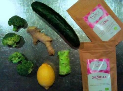 Naravni sok z zelenimi algami in brokolijem