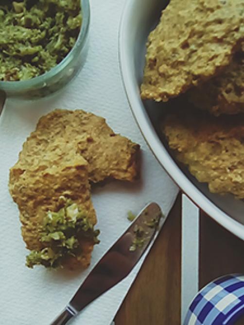 Polnozrnate lepinje z brokolijevim pestom