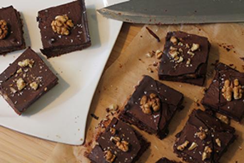 Presne veganske čokoladne karamelne kocke