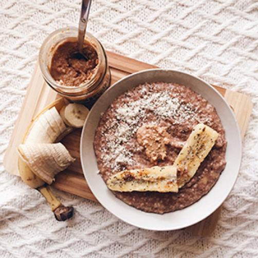 Ovsena kaša z banano, čokolado, arašidovim maslom in kokosom