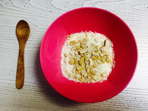 Grški jogurt z oreščki in kokosom
