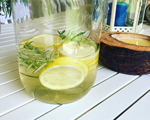 Limonada z rožmarinom