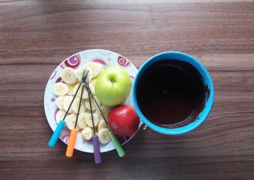 Zdrav čokoladni fondi s voćem